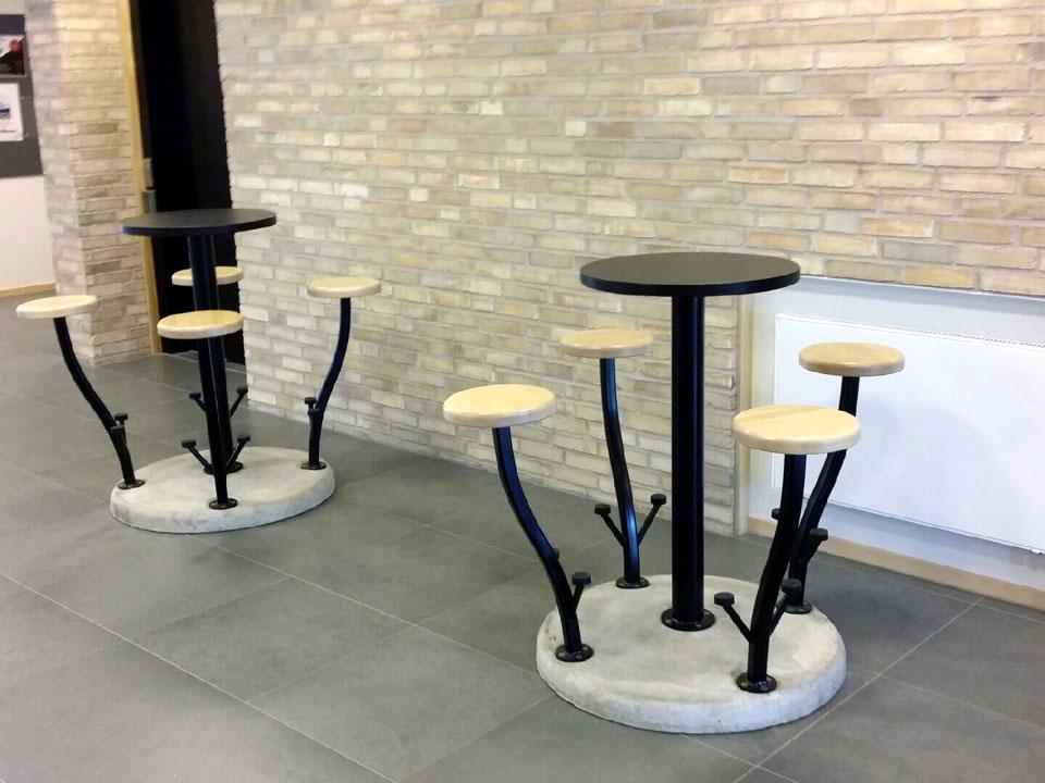 Stadsblomma med bordsskiva i tåligt svart Compact laminat och sitsar av stavlimmad björk
