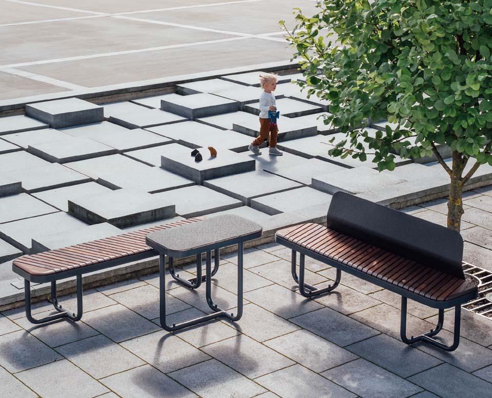 Tiide i miljö. Soffa bänk och bord.