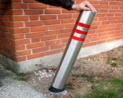Flexibel pollare av stål med gummikärna och fot